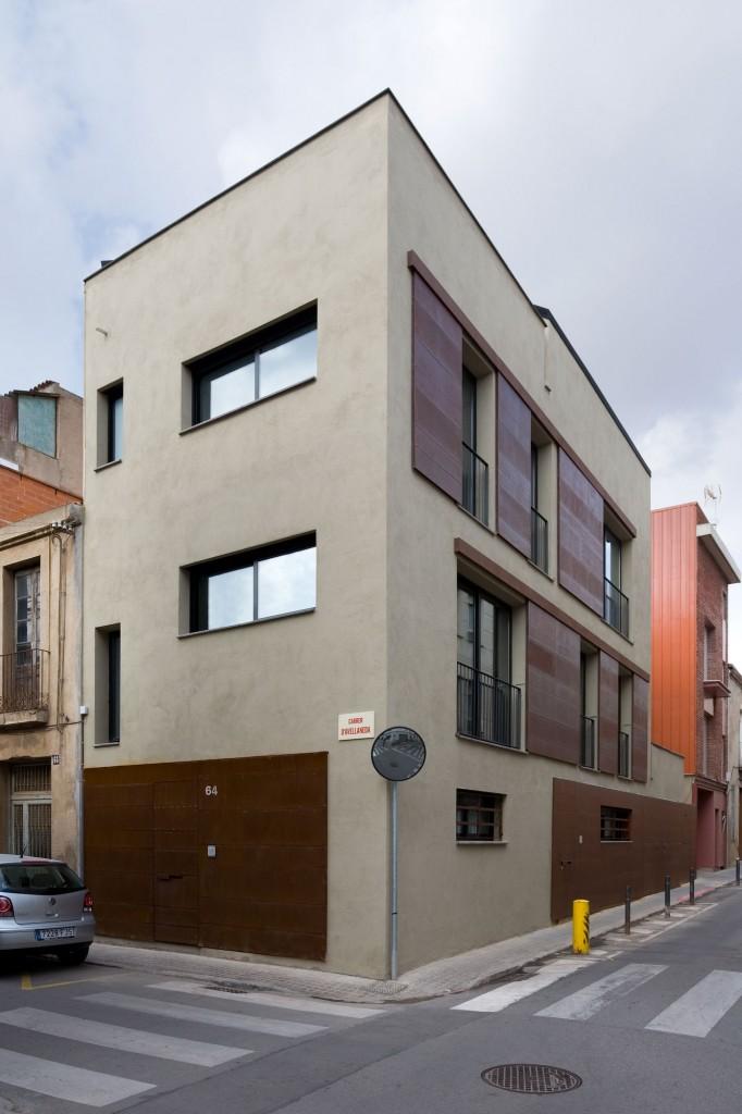 Vista de la fachada completa de Avellaneda, edificio moderno Barcelona por MEHR studio