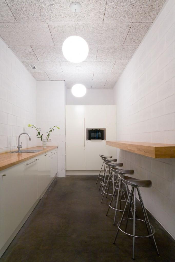 Cocina del showroom de BestSeller Barcelona, diseñado por MEHR studio