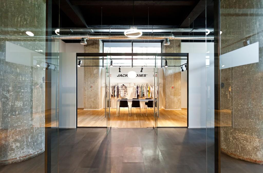 Entrada del showroom BestSeller Bilbao, diseñado por MEHR studio