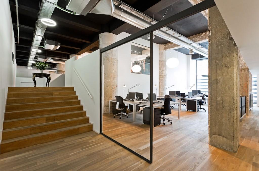 Vista de oficinas en el showroom de BestSeller Bilbao, diseñado por MEHR studio