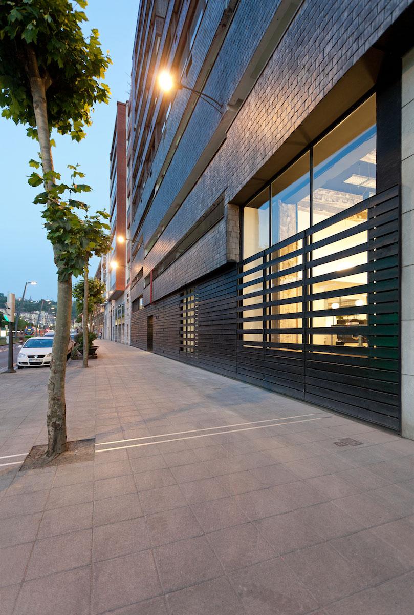 Fachada del showroom de Bestseller Bilbao diseñado por MEHR studio