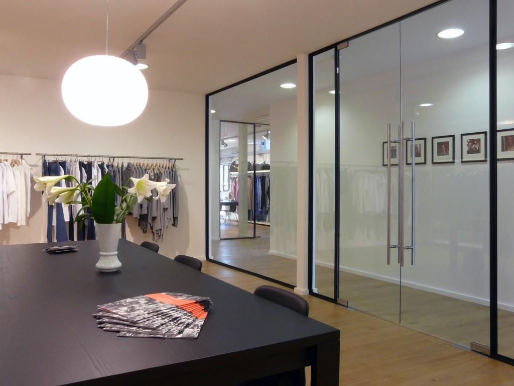 Sala del showroom de BestSeller Roma, diseñado por MEHR studio
