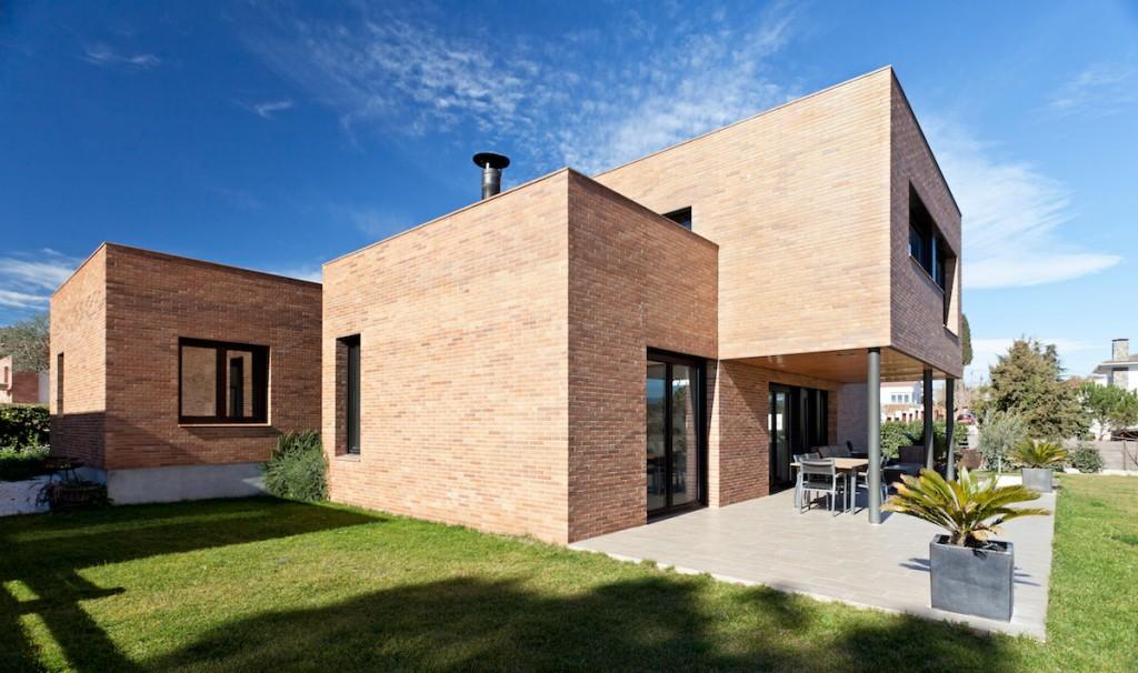 Vista completa de la Casa Mis, construccion moderna en Barcelona diseñada por MEHR studio