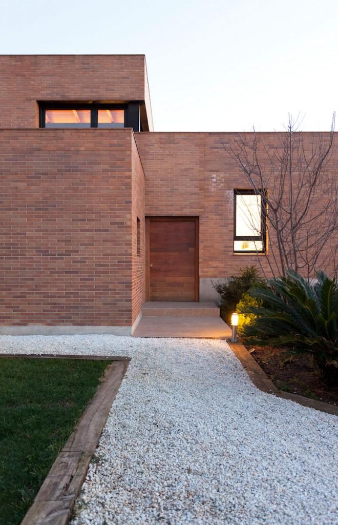 Entrada principal de la Casa Mis, construccion moderna en Barcelona diseñada por MEHR studio