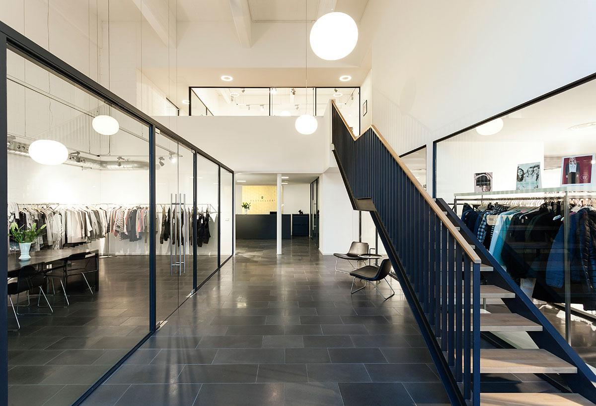 Escalera principal del showroom Bestseller Milano diseñado por MEHR studio